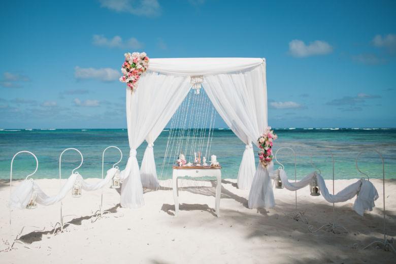 Бамбук. Белая ткань. Асимметричные цветы. Крючки с фонариками – WedDesign – Свадьба в Доминикане
