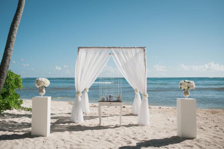 Бамбук. Белая ткань. Колонны вазами – WedDesign – Свадьба в Доминикане