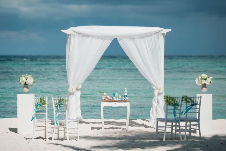 Белый брус. Белая ткань. Колонны с вазами – WedDesign – Свадьба в Доминикане