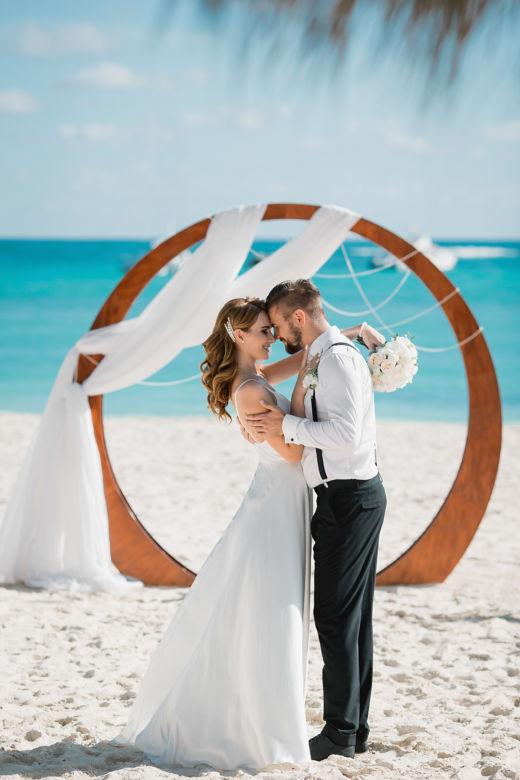 Круглая арка без цветов – WedDesign – Свадьба в Доминикане