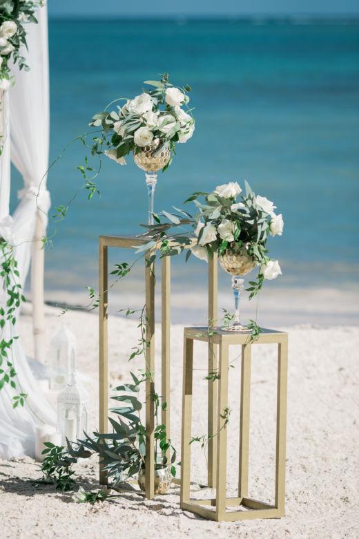 Золотые стойки – WedDesign – Свадьба в Доминикане