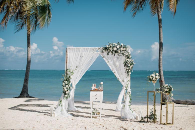 Живые цветы. Вьюн. Золотые стойки – WedDesign – Свадьба в Доминикане