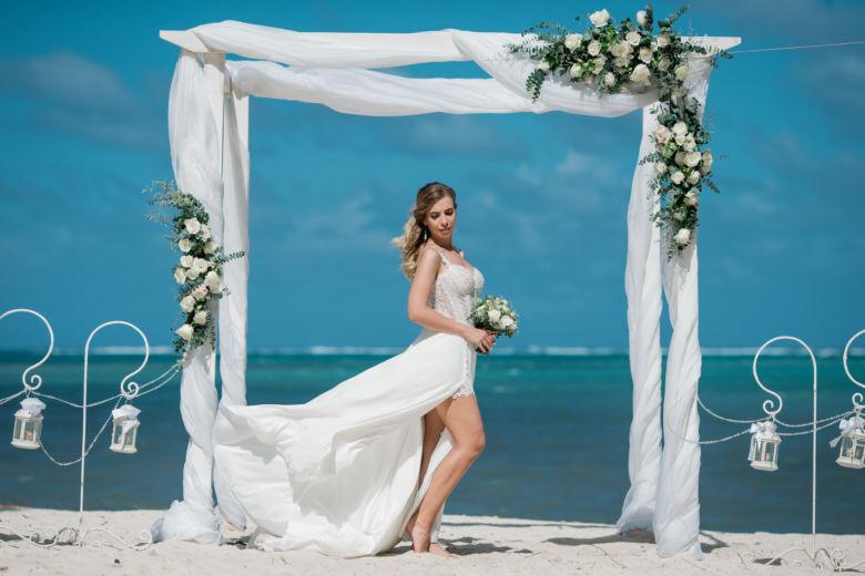 Живые цветы. Белый брус. Белая ткань. Крючки и кристаллы – WedDesign – Свадьба в Доминикане