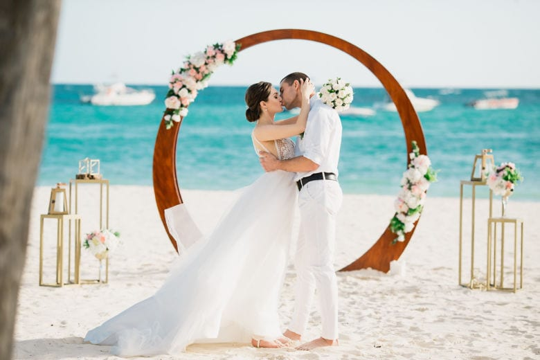 Искусственные цветы. Круглая арка – WedDesign – Свадьба в Доминикане