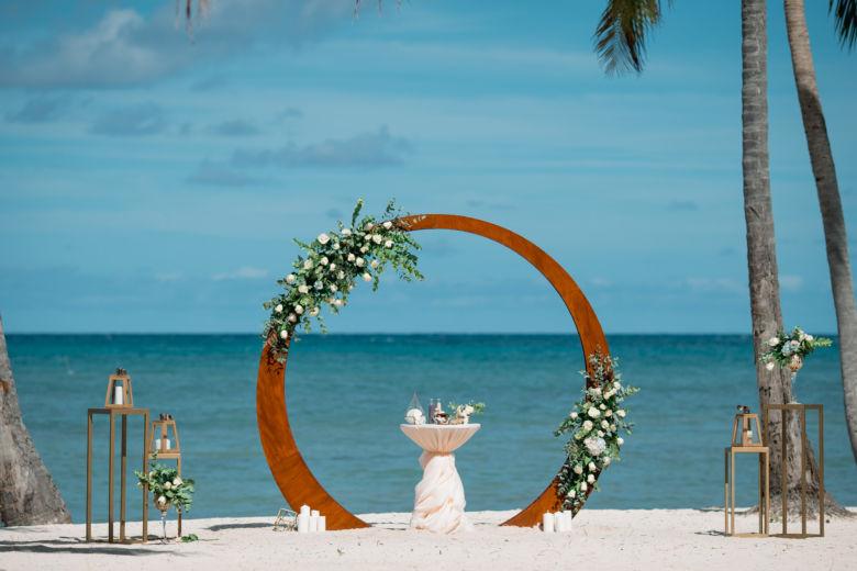 Живые цветы с голубой гортензией. Круглая арка – WedDesign – Свадьба в Доминикане