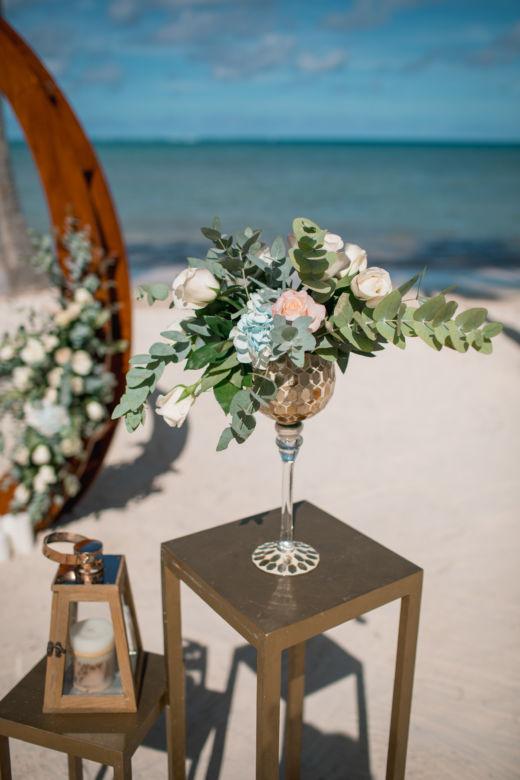 Цветочная композиция в золотом кубке – WedDesign – Свадьба в Доминикане