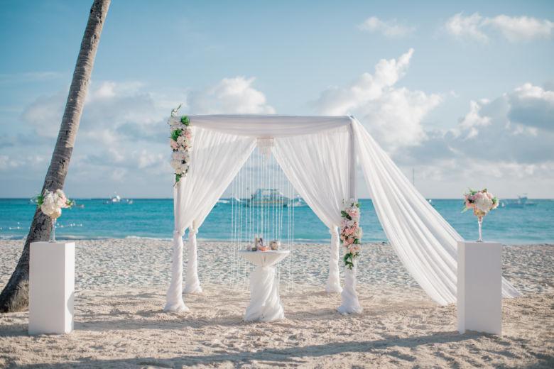 Бамбук. Белая ткань, шлейф. Цветы асимметричные пудровые – WedDesign – Свадьба в Доминикане