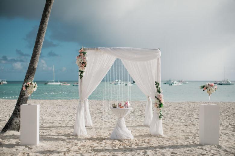 Бамбук. Белая ткань. Асимметричные пудровые цветы. Колонны – WedDesign – Свадьба в Доминикане