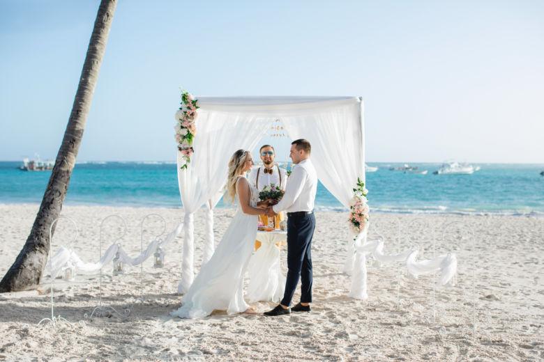 Бамбук. Белая ткань. Асимметричные пудровые цветы. Крючки и фонарики – WedDesign – Свадьба в Доминикане