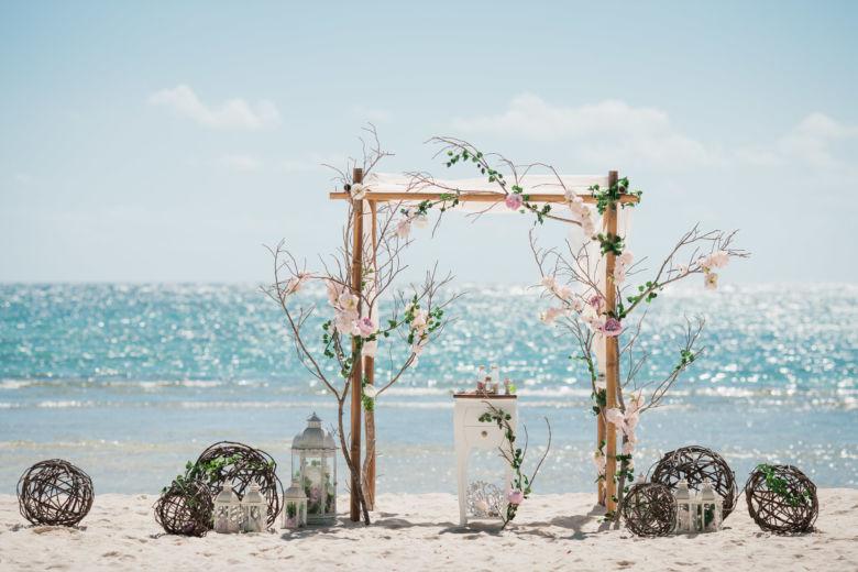 Арка в ЭКО стиле из дерева и цветов – WedDesign – Свадьба в Доминикане