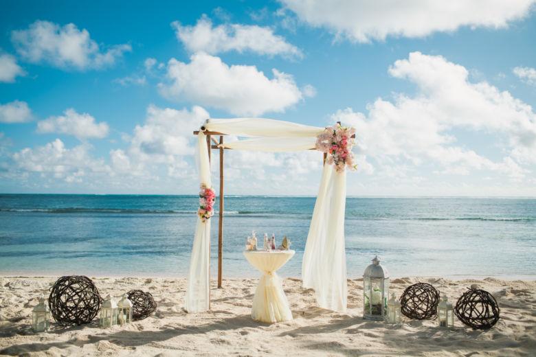 Свадебная арка в стиле рустик с искуственными розовыми цветами – WedDesign – Свадьба в Доминикане