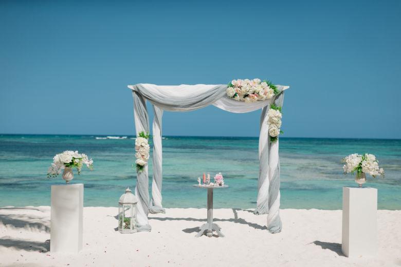 Белый брус. Бело-серое оформление – WedDesign – Свадьба в Доминикане