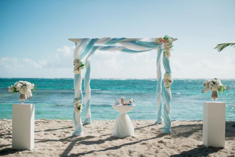 Белый брус. Голубое и белое оформление. Искусственные цветы – WedDesign – Свадьба в Доминикане