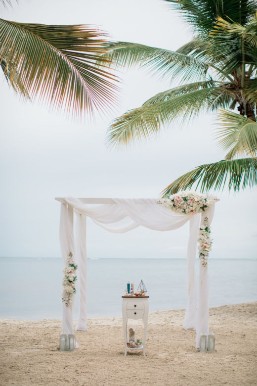 Искусственные цветы. Белый брус – WedDesign – Свадьба в Доминикане