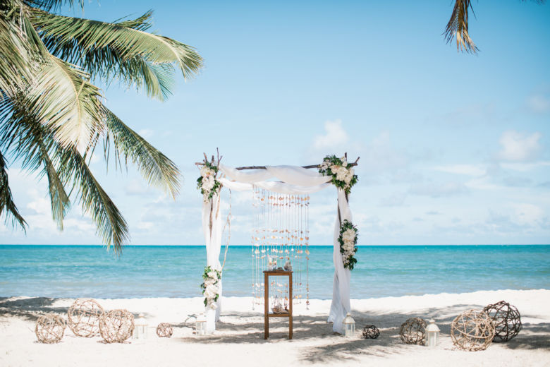 Искусственные цветы, свежая трава. Ветки – WedDesign – Свадьба в Доминикане